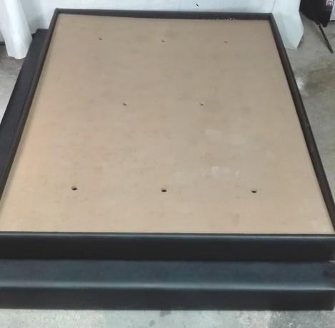 cama-e-2-mesas-de-cabeceira-em-preto-big-2