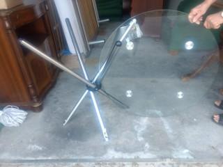 Mesa em vidro e metal com banquinhos
