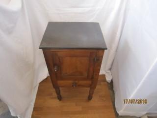 Mesa de cabeceira antiga.